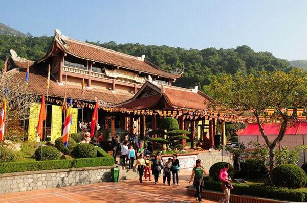 Trúc Lâm Yên Tử - Ngôi chùa thiêng trên núi