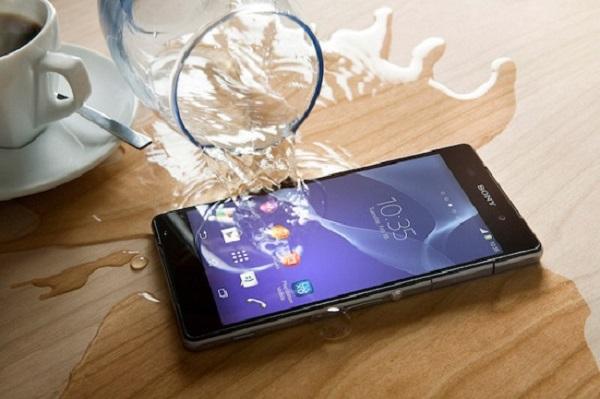 Những điều nên và không nên làm khi điện thoại rơi vào nước
